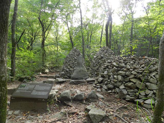 소원바위 - 간절한 소원을 담아 돌탑을 쌓으면 소원이 이루어집니다.